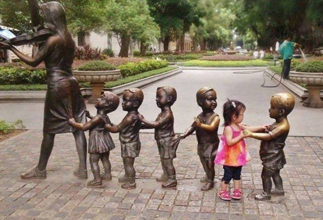 Mom with kids (train formation statues)